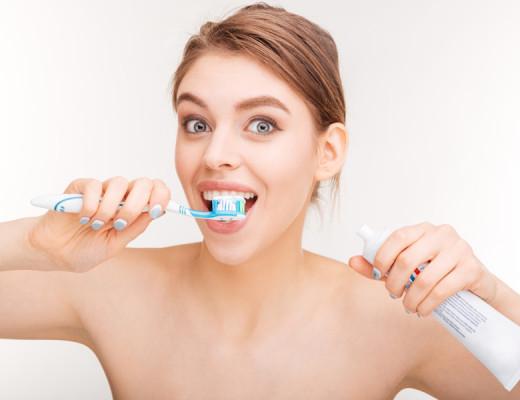 donna con spazzolino da denti